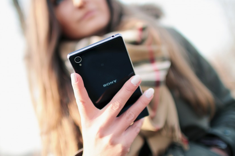 hand-person-smartphone-5000-825x550